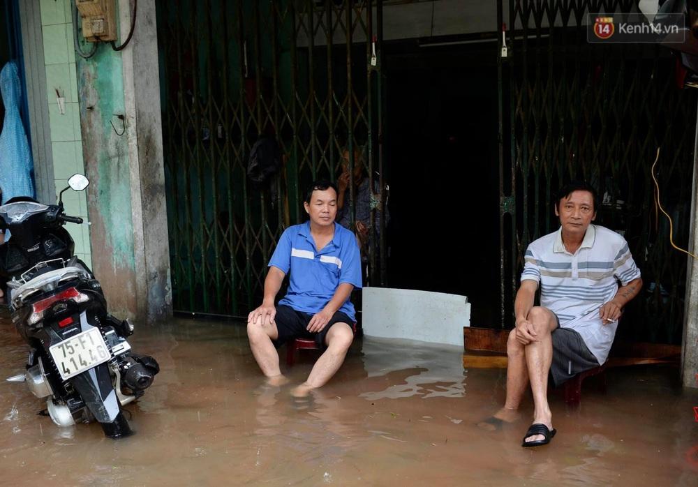 Ảnh: Huế ngập sâu trong biển nước, người dân phải chèo thuyền, lội nước đi mua thực phẩm, sạc điện thoại - Ảnh 13.