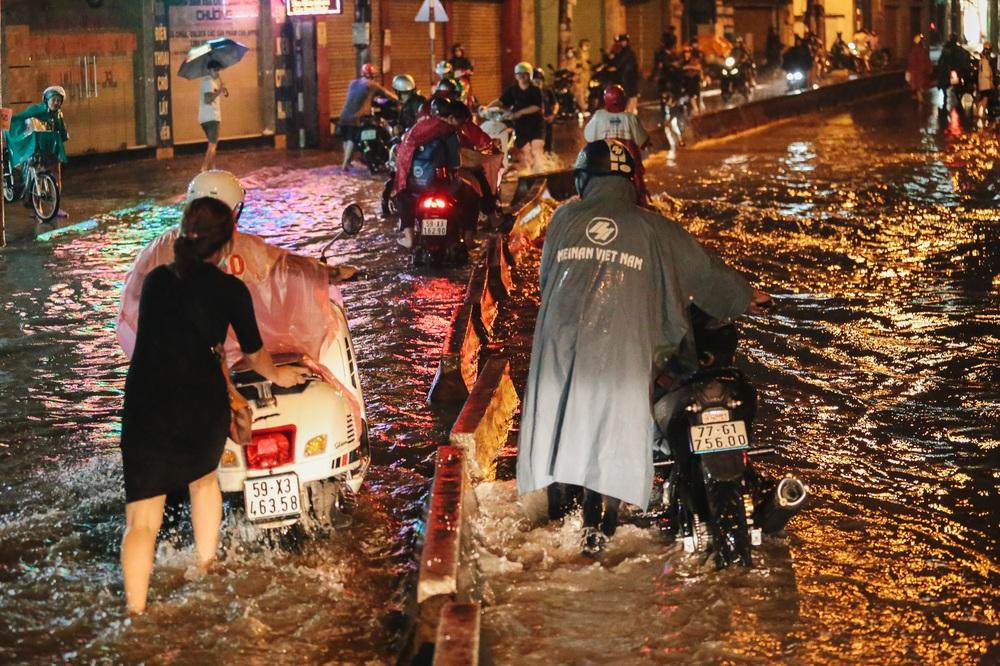 Người Sài Gòn vật lộn với đường ngập lút bánh xe, nước chảy cuồn cuộn như thác trong đêm mưa lớn - Ảnh 17.