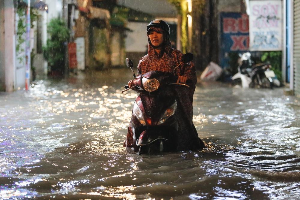 Người Sài Gòn vật lộn với đường ngập lút bánh xe, nước chảy cuồn cuộn như thác trong đêm mưa lớn - Ảnh 16.