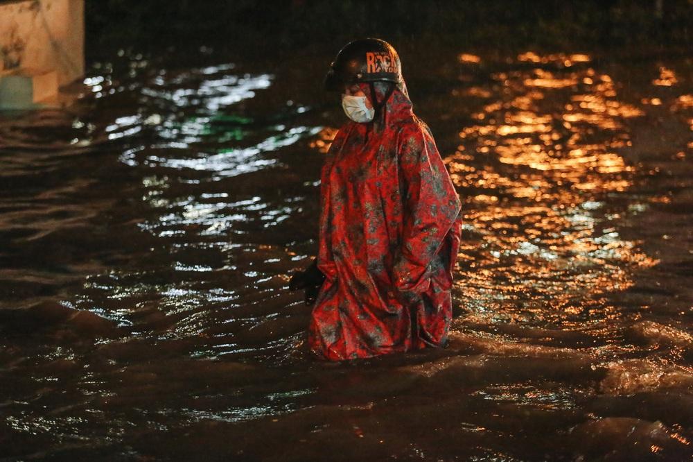 Người Sài Gòn vật lộn với đường ngập lút bánh xe, nước chảy cuồn cuộn như thác trong đêm mưa lớn - Ảnh 9.