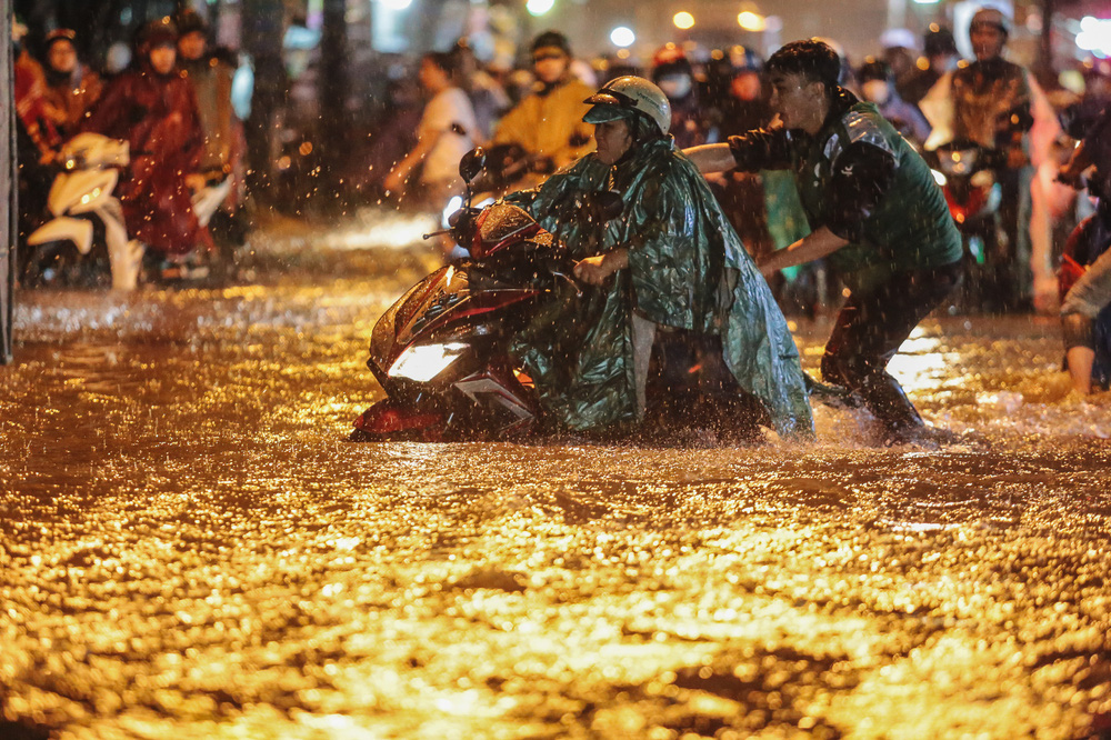 Người Sài Gòn vật lộn với đường ngập lút bánh xe, nước chảy cuồn cuộn như thác trong đêm mưa lớn - Ảnh 4.