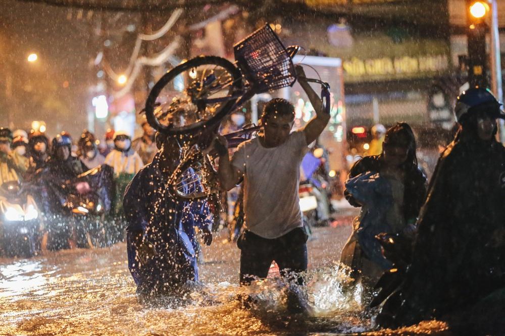 Người Sài Gòn vật lộn với đường ngập lút bánh xe, nước chảy cuồn cuộn như thác trong đêm mưa lớn - Ảnh 7.