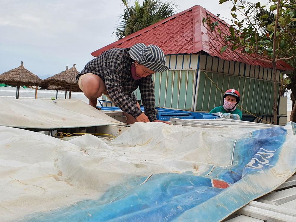 Người dân Đà Nẵng hối hả ứng phó bão số 9 giật cấp 15 đang tiến vào đất liền - Ảnh 11.