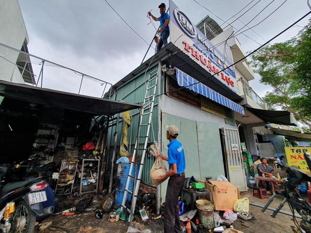 Người dân Đà Nẵng hối hả ứng phó bão số 9 giật cấp 15 đang tiến vào đất liền - Ảnh 10.