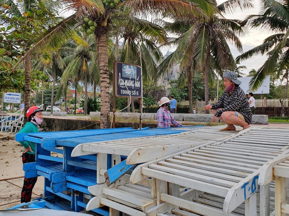 Người dân Đà Nẵng hối hả ứng phó bão số 9 giật cấp 15 đang tiến vào đất liền - Ảnh 12.