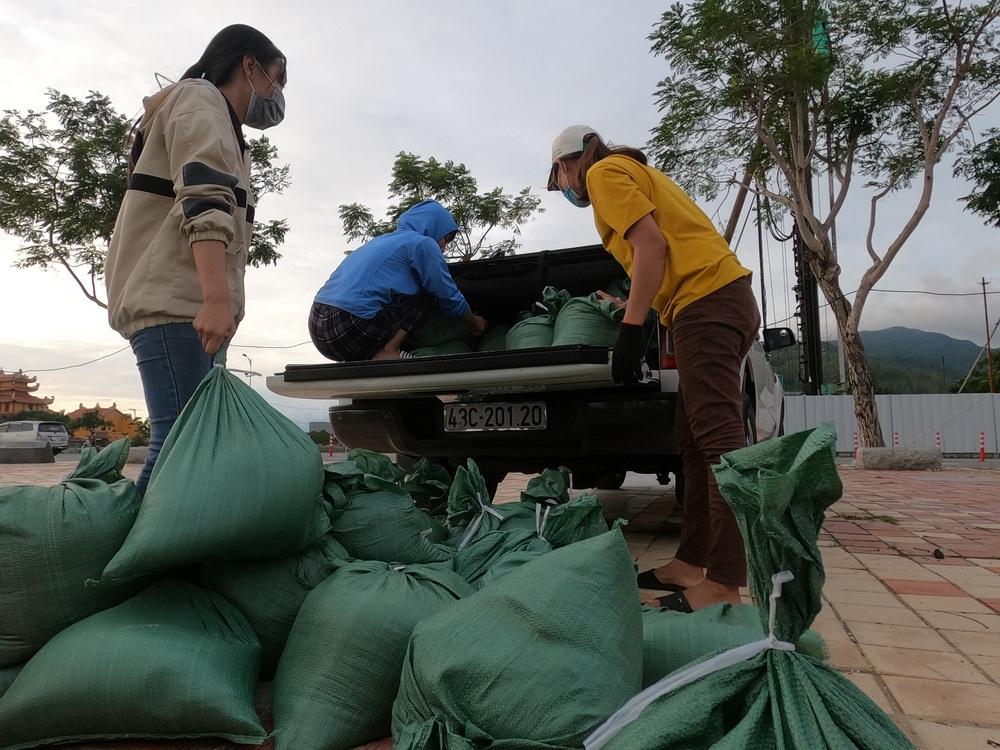 Người dân Đà Nẵng hối hả ứng phó bão số 9 giật cấp 15 đang tiến vào đất liền - Ảnh 9.