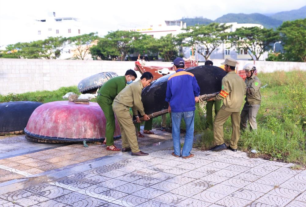 Người dân Đà Nẵng hối hả ứng phó bão số 9 giật cấp 15 đang tiến vào đất liền - Ảnh 5.