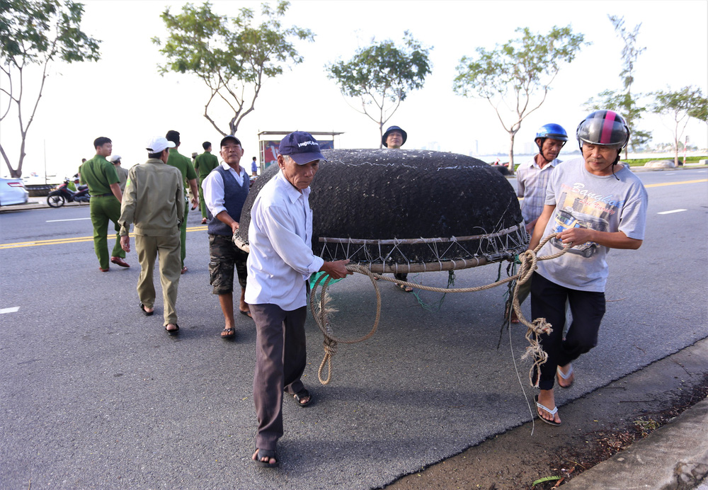 Người dân Đà Nẵng hối hả ứng phó bão số 9 giật cấp 15 đang tiến vào đất liền - Ảnh 1.