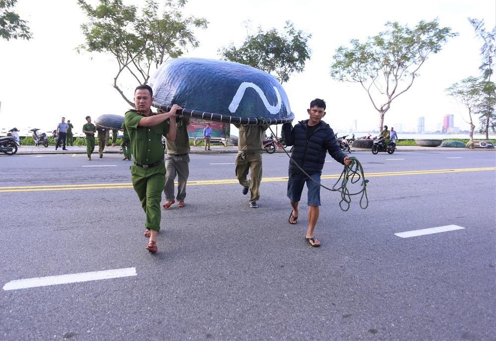 Người dân Đà Nẵng hối hả ứng phó bão số 9 giật cấp 15 đang tiến vào đất liền - Ảnh 4.