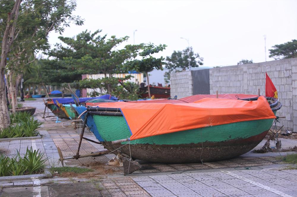Người dân Đà Nẵng hối hả ứng phó bão số 9 giật cấp 15 đang tiến vào đất liền - Ảnh 14.