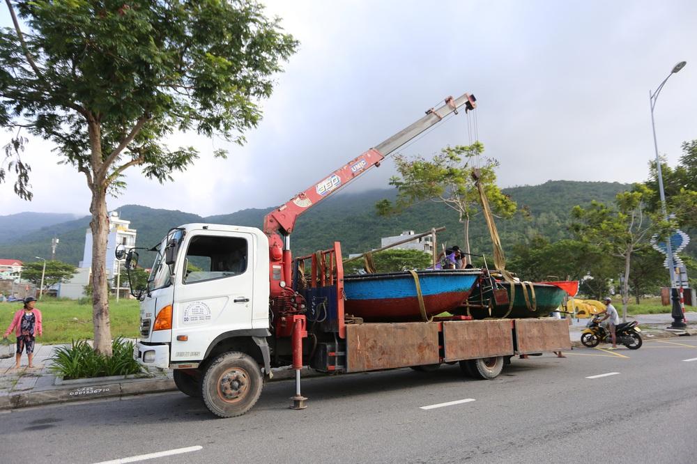Người dân Đà Nẵng hối hả ứng phó bão số 9 giật cấp 15 đang tiến vào đất liền - Ảnh 6.