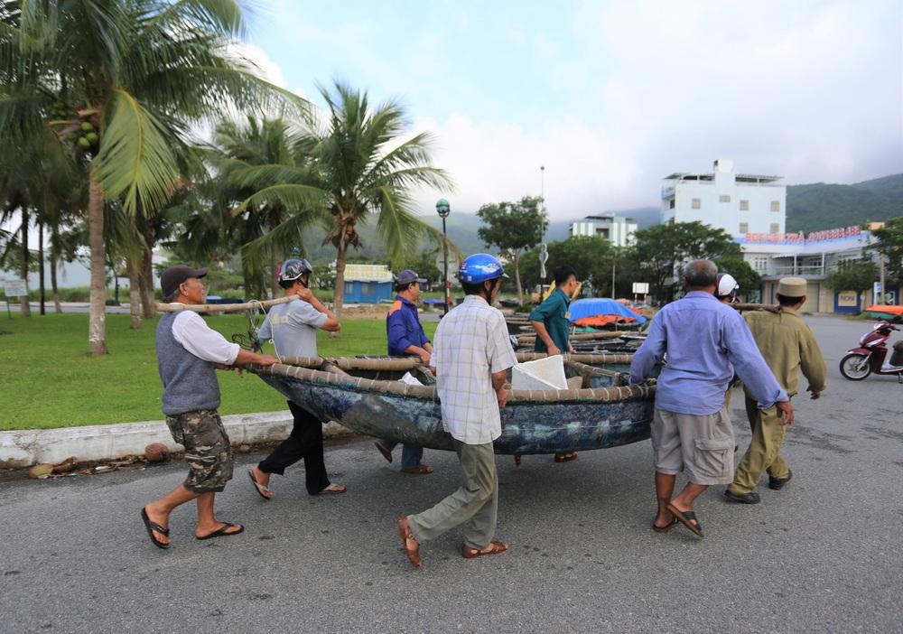 Người dân Đà Nẵng hối hả ứng phó bão số 9 giật cấp 15 đang tiến vào đất liền - Ảnh 2.