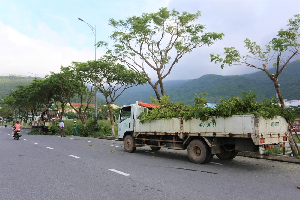 Người dân Đà Nẵng hối hả ứng phó bão số 9 giật cấp 15 đang tiến vào đất liền - Ảnh 15.