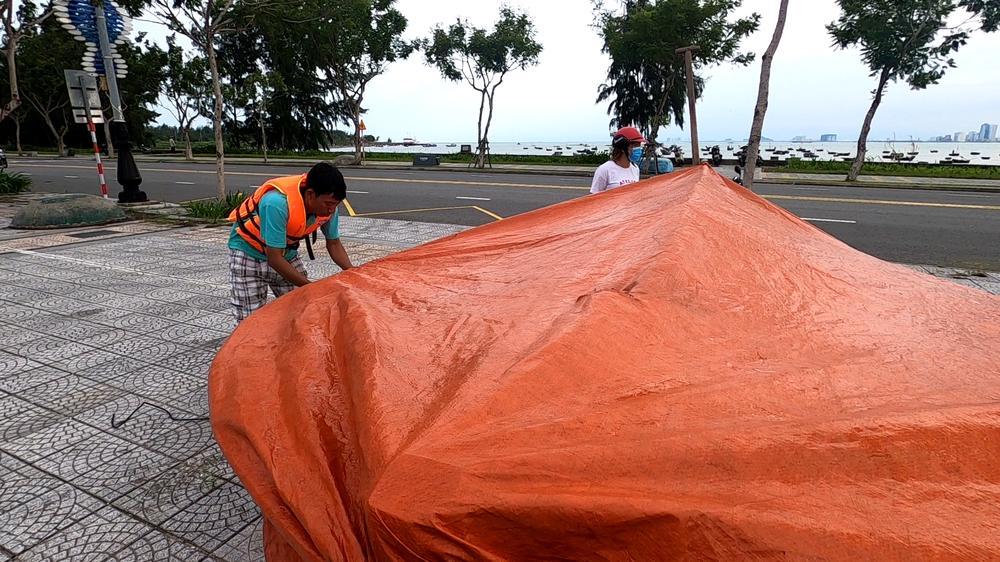Người dân Đà Nẵng hối hả ứng phó bão số 9 giật cấp 15 đang tiến vào đất liền - Ảnh 13.