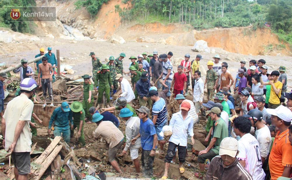 Ảnh: Hiện trường ám ảnh vụ sạt lở vùi lấp 11 ngôi nhà ở Trà Leng, bộ đội và người dân bới móc từng đống đổ nát để tìm kiếm thi thể - Ảnh 4.
