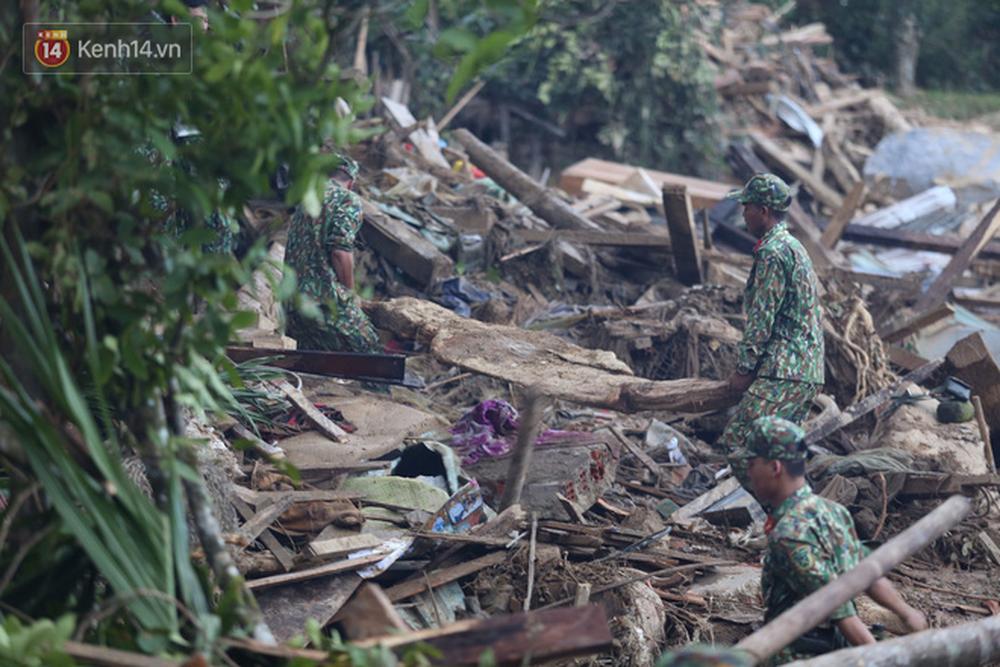 Ảnh: Hiện trường ám ảnh vụ sạt lở vùi lấp 11 ngôi nhà ở Trà Leng, bộ đội và người dân bới móc từng đống đổ nát để tìm kiếm thi thể - Ảnh 5.