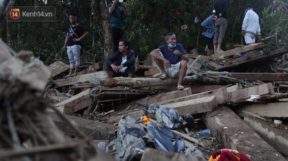 Ảnh: Hiện trường ám ảnh vụ sạt lở vùi lấp 11 ngôi nhà ở Trà Leng, bộ đội và người dân bới móc từng đống đổ nát để tìm kiếm thi thể - Ảnh 6.
