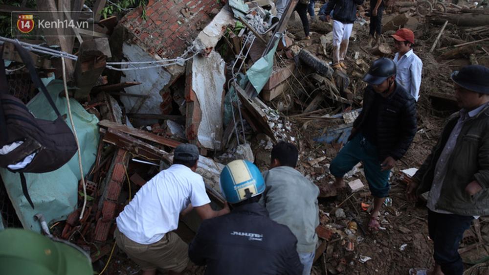 Ảnh: Hiện trường ám ảnh vụ sạt lở vùi lấp 11 ngôi nhà ở Trà Leng, bộ đội và người dân bới móc từng đống đổ nát để tìm kiếm thi thể - Ảnh 7.