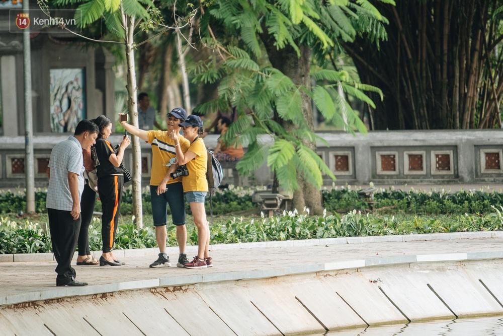 Người Hà Nội thích thú với diện mạo mới của hồ Gươm sau 5 tháng lát đá vĩnh cữu - Ảnh 3.