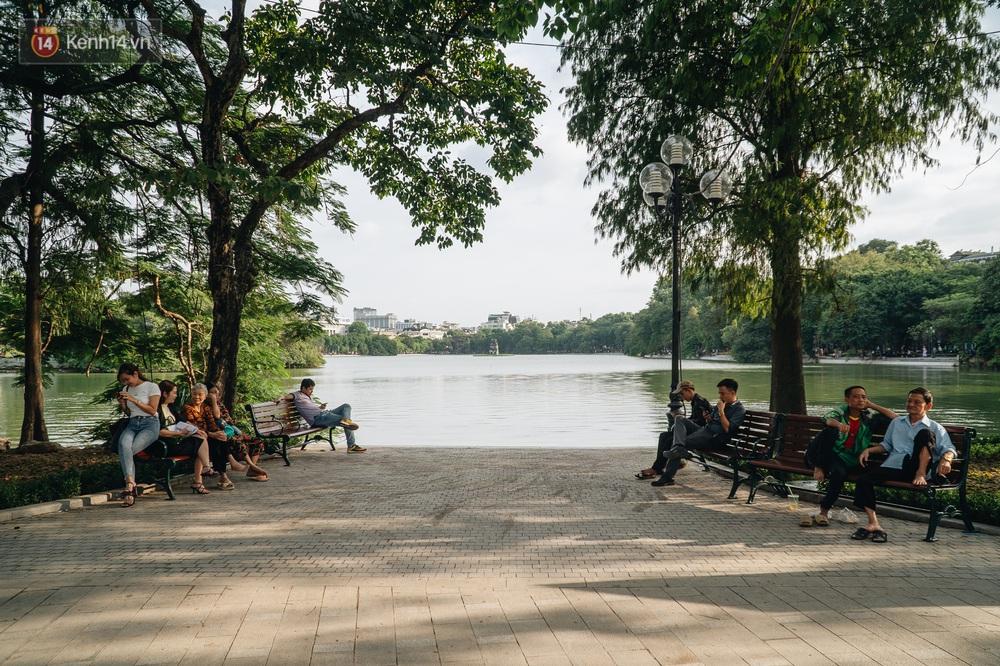 Người Hà Nội thích thú với diện mạo mới của hồ Gươm sau 5 tháng lát đá vĩnh cữu - Ảnh 2.