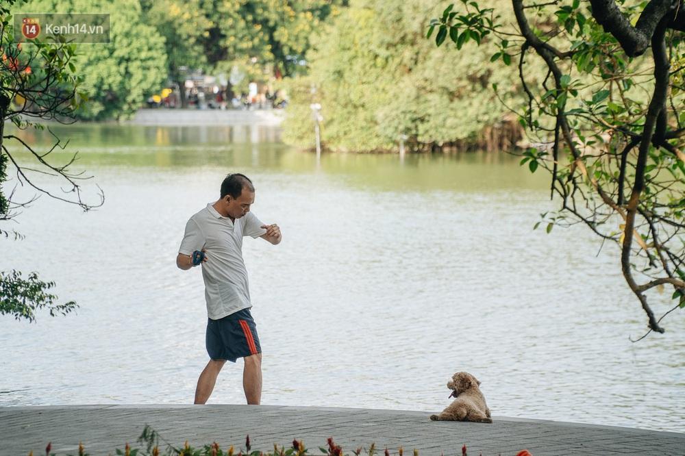 Người Hà Nội thích thú với diện mạo mới của hồ Gươm sau 5 tháng lát đá vĩnh cữu - Ảnh 16.