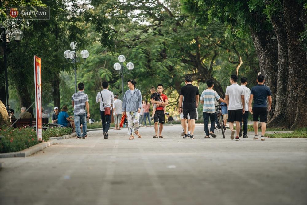 Người Hà Nội thích thú với diện mạo mới của hồ Gươm sau 5 tháng lát đá vĩnh cữu - Ảnh 14.