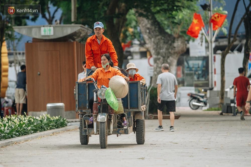 Người Hà Nội thích thú với diện mạo mới của hồ Gươm sau 5 tháng lát đá vĩnh cữu - Ảnh 6.