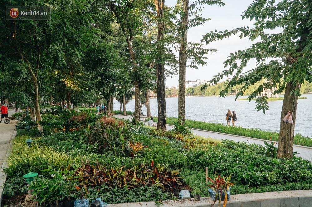 Người Hà Nội thích thú với diện mạo mới của hồ Gươm sau 5 tháng lát đá vĩnh cữu - Ảnh 8.