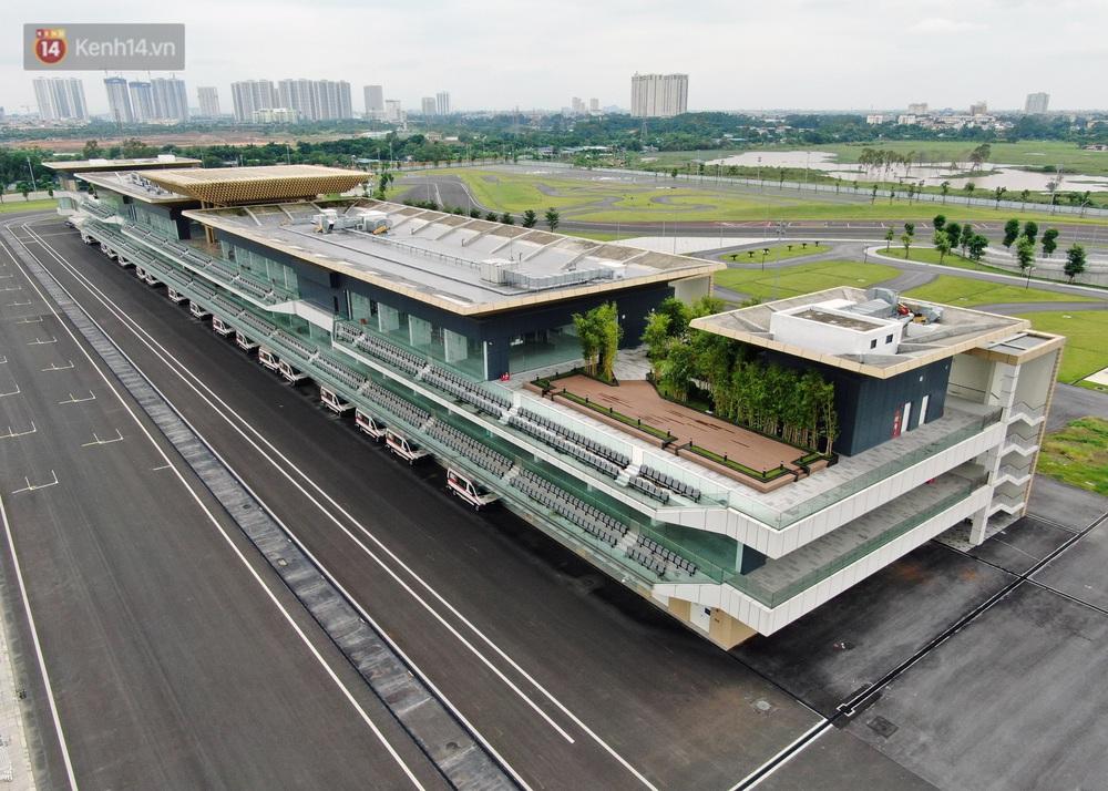 Sau 7 tháng tạm hoãn vì Covid-19, Hà Nội tiếp tục tháo dỡ khán đài đường đua F1 - Ảnh 2.