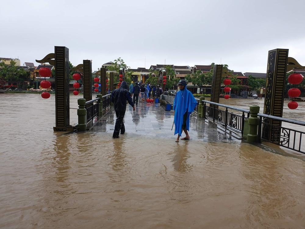 Ảnh: Phố cổ Hội An ngập trong biển nước, người dân chuẩn bị sơ tán - Ảnh 7.