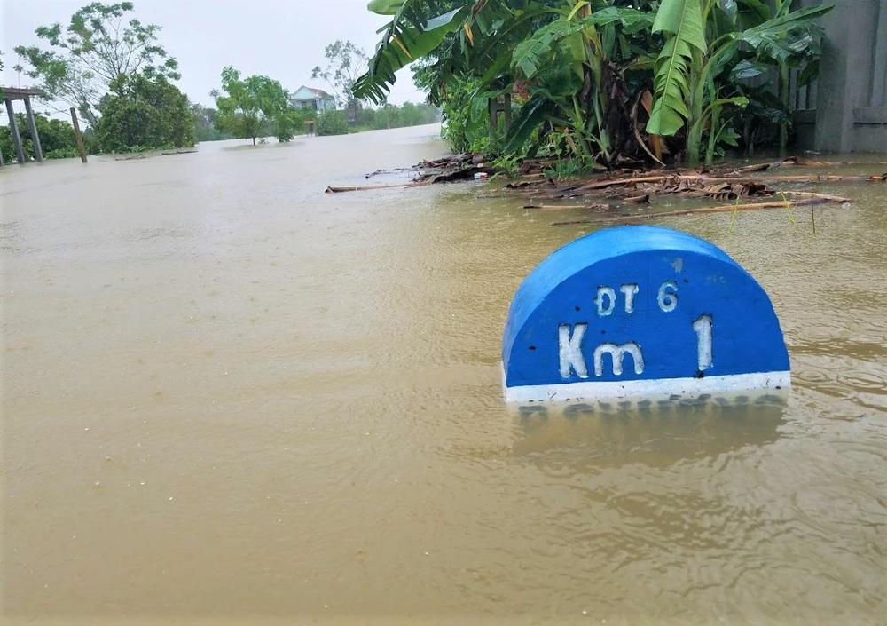 Ảnh: Lũ lên nhanh, người dân ở Huế phải dùng thuyền sơ tán khỏi vùng bị ngập hơn 1 mét - Ảnh 2.