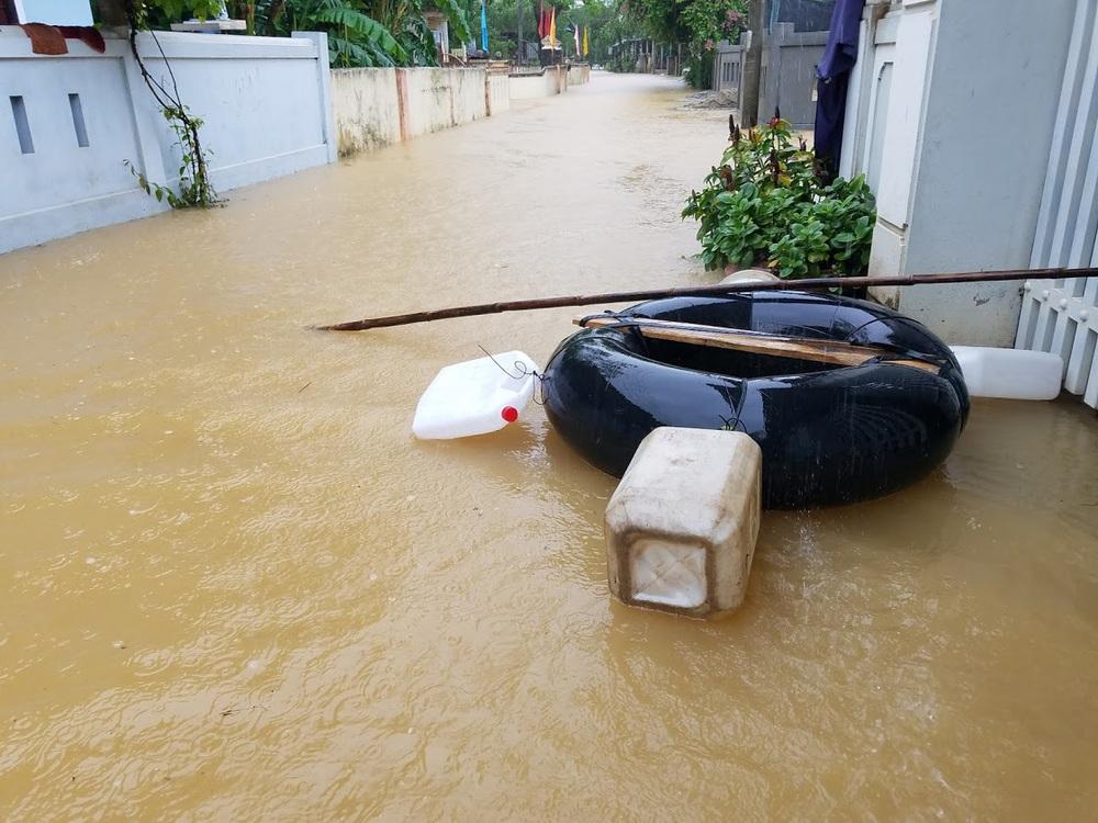 Ảnh: Lũ lên nhanh, người dân ở Huế phải dùng thuyền sơ tán khỏi vùng bị ngập hơn 1 mét - Ảnh 10.