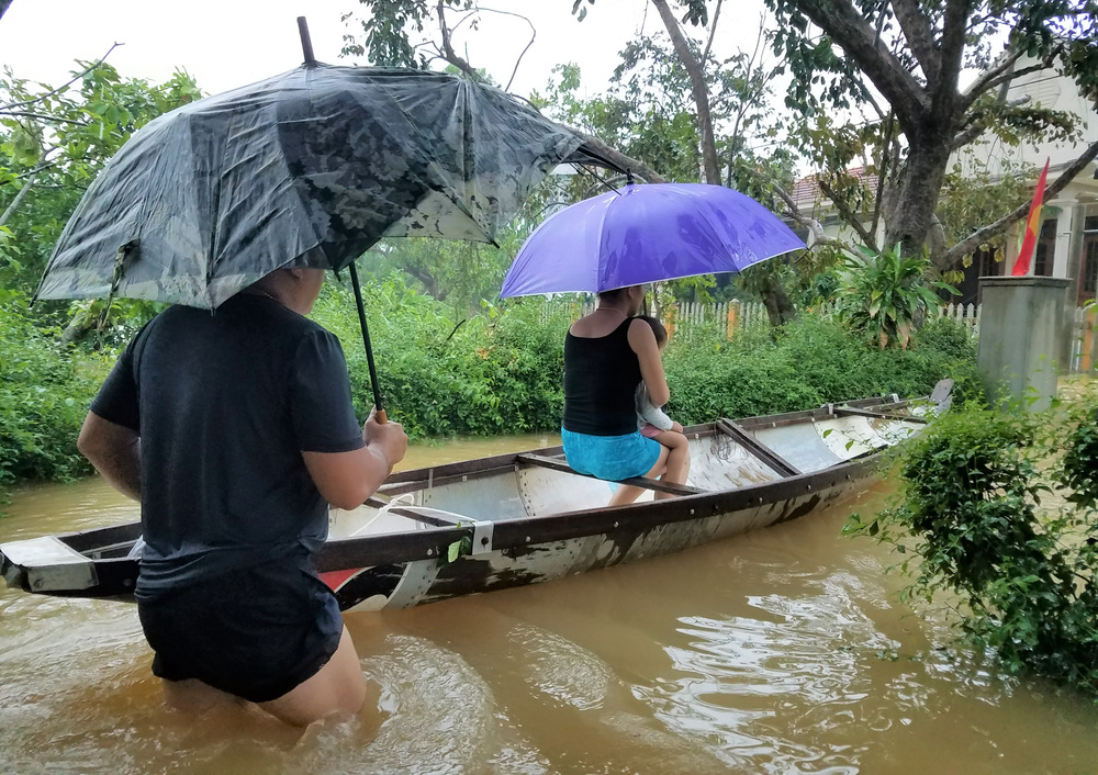 Ảnh: Lũ lên nhanh, người dân ở Huế phải dùng thuyền sơ tán khỏi vùng bị ngập hơn 1 mét - Ảnh 8.