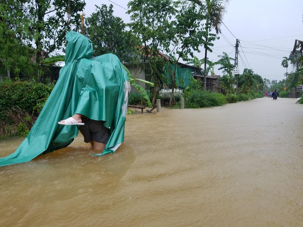 Ảnh: Lũ lên nhanh, người dân ở Huế phải dùng thuyền sơ tán khỏi vùng bị ngập hơn 1 mét - Ảnh 9.