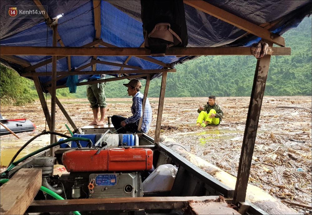Ảnh: Bơi giữa biển rác trên sông để tìm các nạn nhân mất tích trong vụ lở núi khiến hàng chục người bị vùi lấp ở Trà Leng - Ảnh 14.