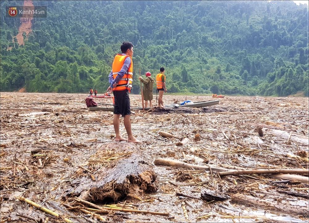 Ảnh: Bơi giữa biển rác trên sông để tìm các nạn nhân mất tích trong vụ lở núi khiến hàng chục người bị vùi lấp ở Trà Leng - Ảnh 15.