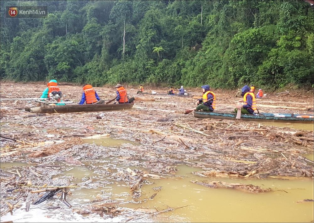 Ảnh: Bơi giữa biển rác trên sông để tìm các nạn nhân mất tích trong vụ lở núi khiến hàng chục người bị vùi lấp ở Trà Leng - Ảnh 1.