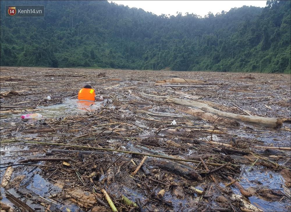 Ảnh: Bơi giữa biển rác trên sông để tìm các nạn nhân mất tích trong vụ lở núi khiến hàng chục người bị vùi lấp ở Trà Leng - Ảnh 9.