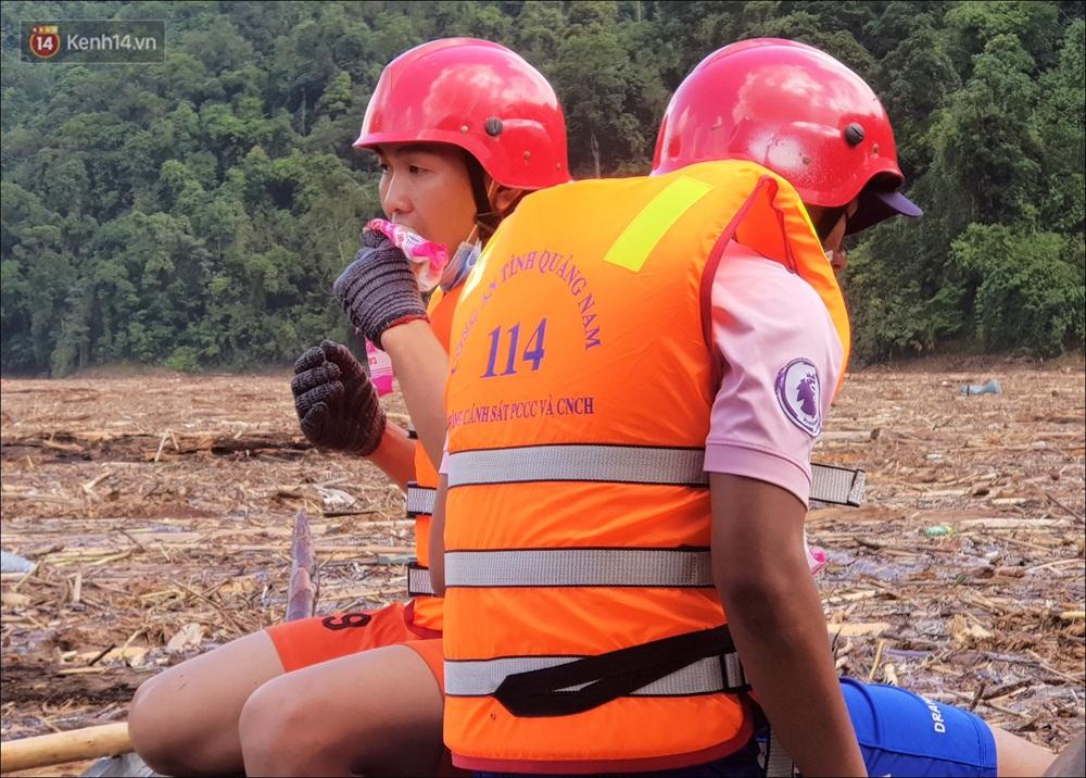 Ảnh: Bơi giữa biển rác trên sông để tìm các nạn nhân mất tích trong vụ lở núi khiến hàng chục người bị vùi lấp ở Trà Leng - Ảnh 12.