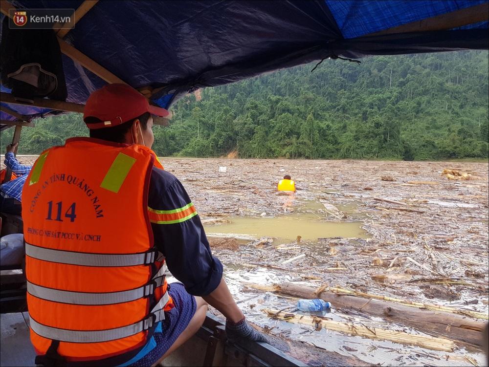 Ảnh: Bơi giữa biển rác trên sông để tìm các nạn nhân mất tích trong vụ lở núi khiến hàng chục người bị vùi lấp ở Trà Leng - Ảnh 7.