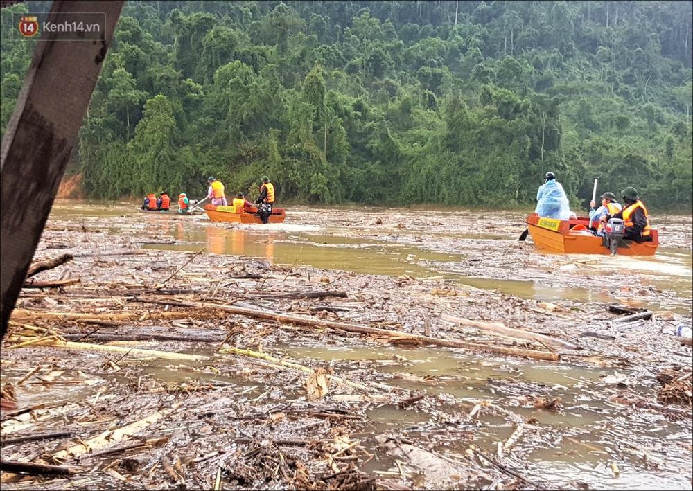 Ảnh: Bơi giữa biển rác trên sông để tìm các nạn nhân mất tích trong vụ lở núi khiến hàng chục người bị vùi lấp ở Trà Leng - Ảnh 3.