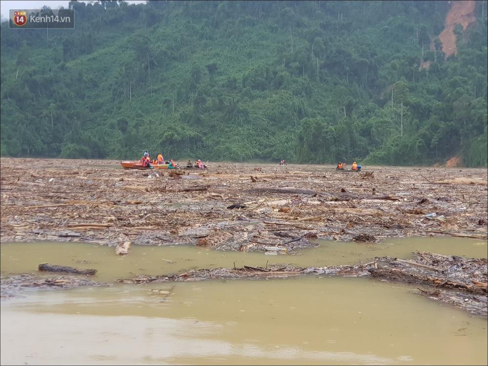 Ảnh: Bơi giữa biển rác trên sông để tìm các nạn nhân mất tích trong vụ lở núi khiến hàng chục người bị vùi lấp ở Trà Leng - Ảnh 16.