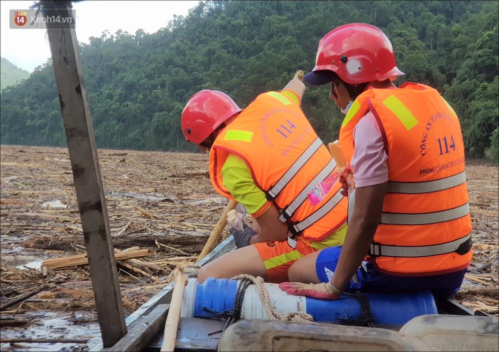 Ảnh: Bơi giữa biển rác trên sông để tìm các nạn nhân mất tích trong vụ lở núi khiến hàng chục người bị vùi lấp ở Trà Leng - Ảnh 8.