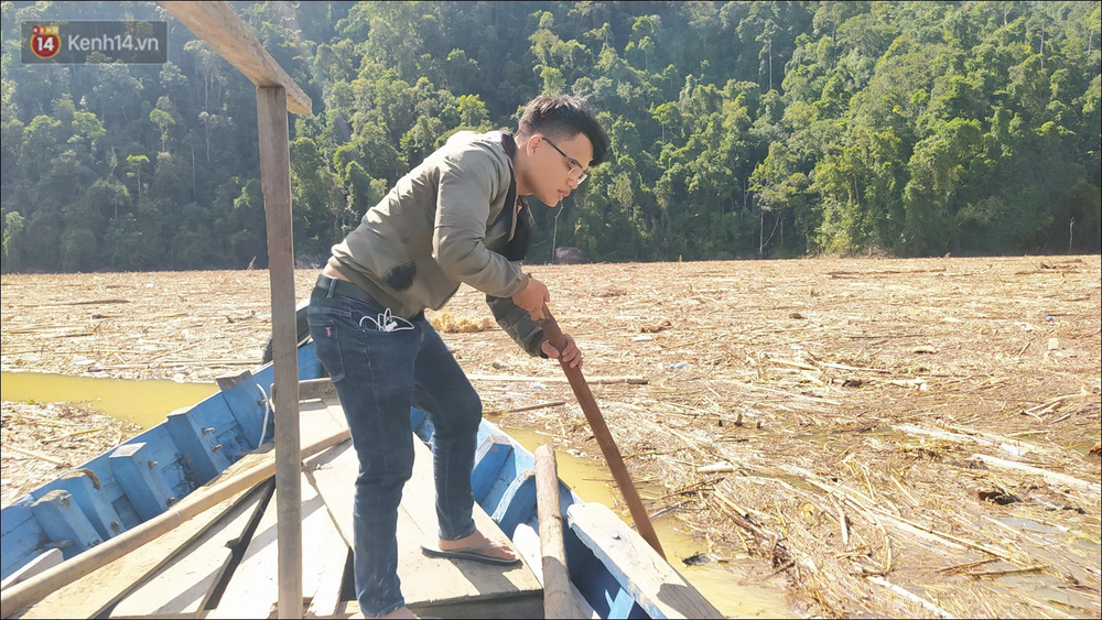 Ảnh: Bơi giữa biển rác trên sông để tìm các nạn nhân mất tích trong vụ lở núi khiến hàng chục người bị vùi lấp ở Trà Leng - Ảnh 5.