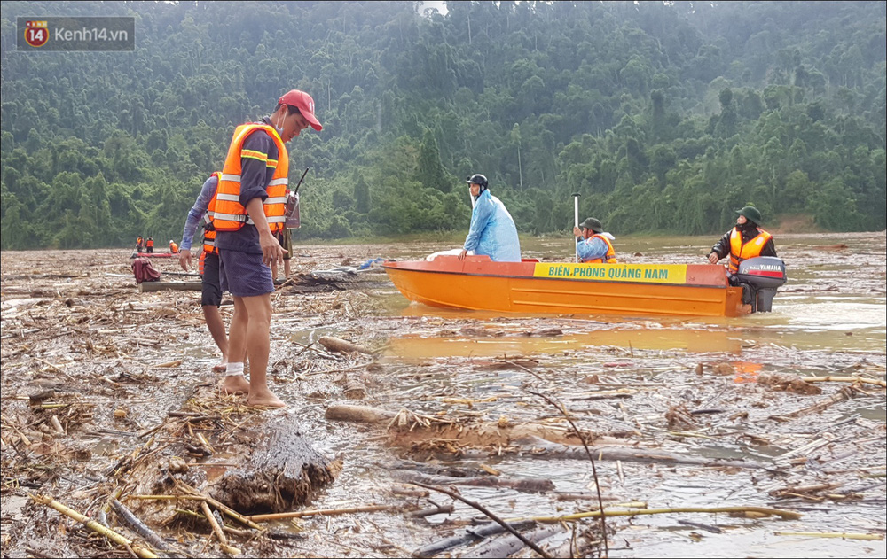 Ảnh: Bơi giữa biển rác trên sông để tìm các nạn nhân mất tích trong vụ lở núi khiến hàng chục người bị vùi lấp ở Trà Leng - Ảnh 10.