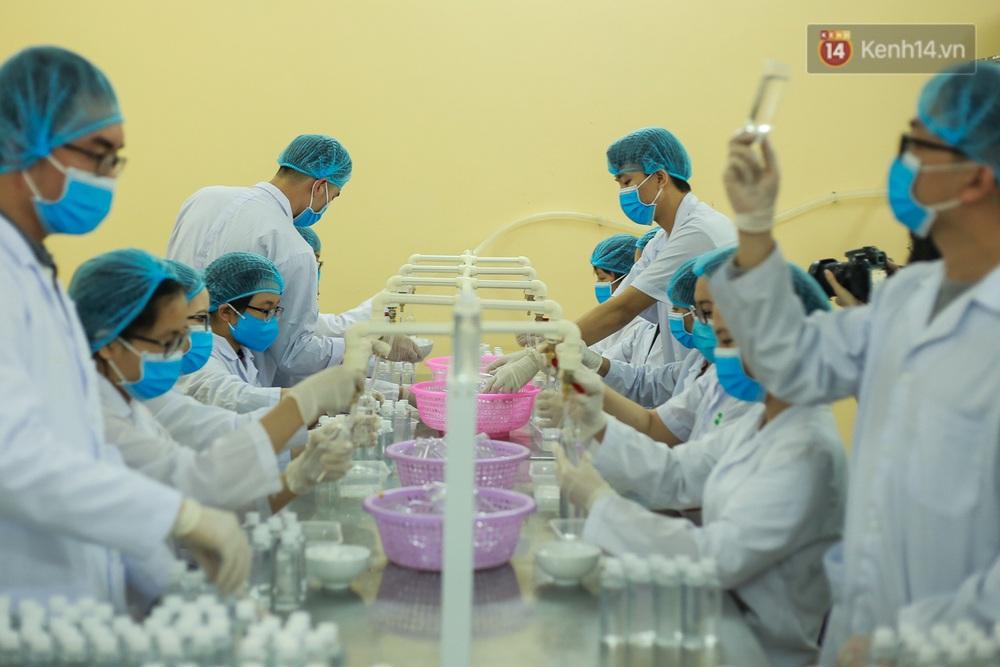 Giữa mùa dịch Covid-19, Đại học Bách khoa Hà Nội tự sản xuất 500 lít dung dịch sát khuẩn để chuyển xuống xã Sơn Lôi - Ảnh 1.