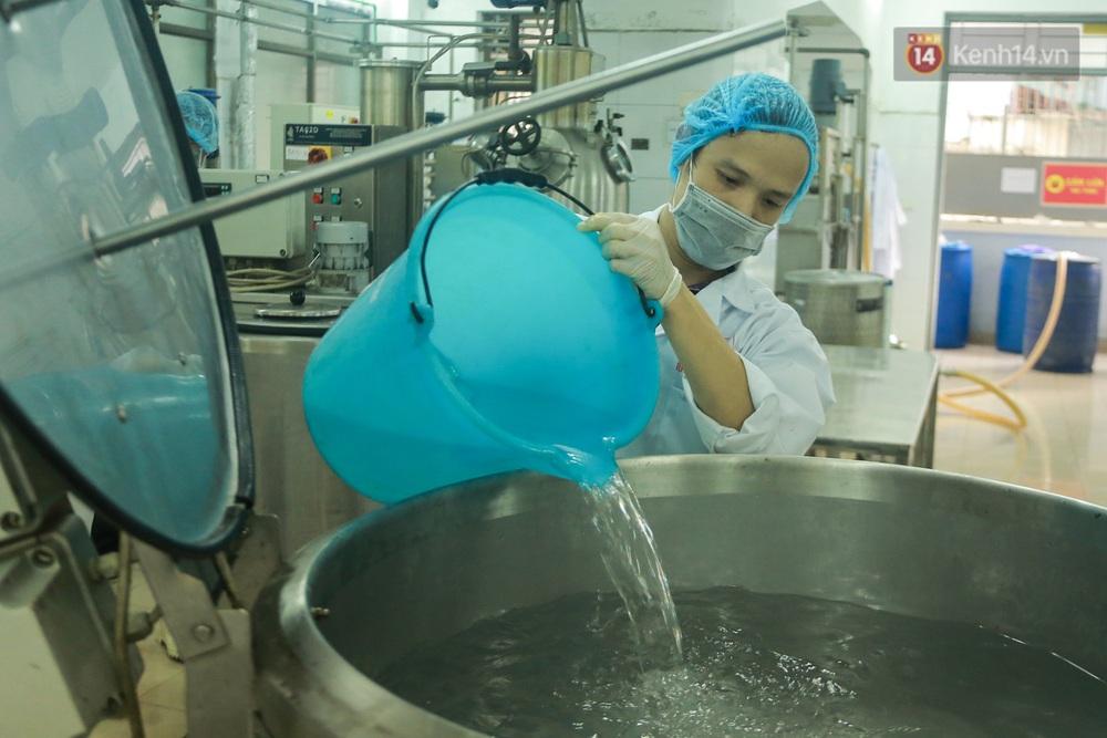 Giữa mùa dịch Covid-19, Đại học Bách khoa Hà Nội tự sản xuất 500 lít dung dịch sát khuẩn để chuyển xuống xã Sơn Lôi - Ảnh 4.