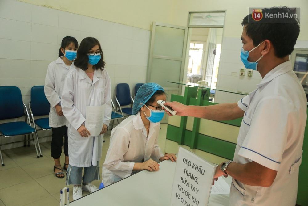 Giữa mùa dịch Covid-19, Đại học Bách khoa Hà Nội tự sản xuất 500 lít dung dịch sát khuẩn để chuyển xuống xã Sơn Lôi - Ảnh 6.