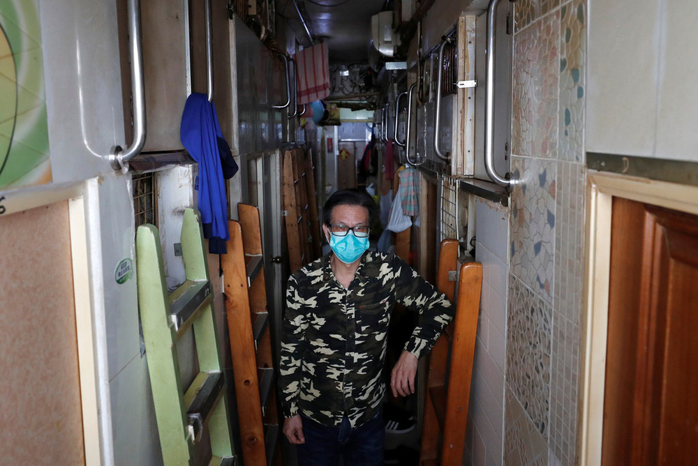 Không thể ra ngoài, hàng nghìn người nghèo Hong Kong nhốt mình trong nhà quan tài từ sáng đến đêm vì sợ virus corona - Ảnh 3.