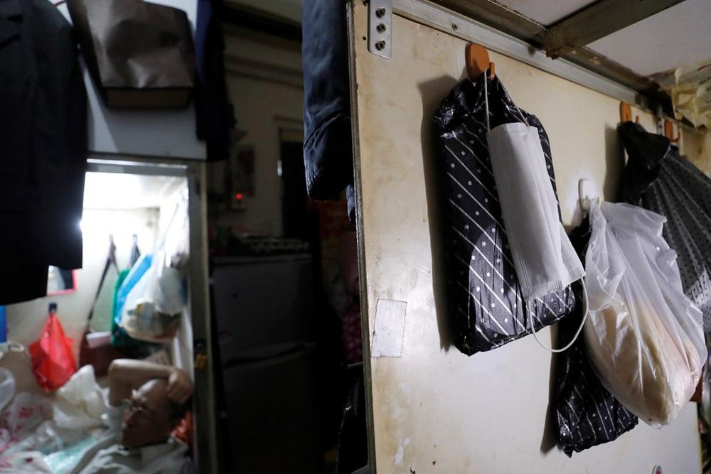 Không thể ra ngoài, hàng nghìn người nghèo Hong Kong nhốt mình trong nhà quan tài từ sáng đến đêm vì sợ virus corona - Ảnh 10.